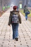 εφηβικό περπάτημα κοριτσι Στοκ Εικόνες