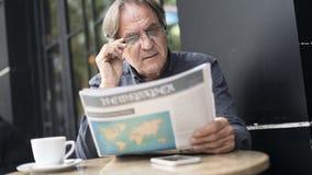Εφημερίδα ανάγνωσης ατόμων υπαίθρια Στοκ Εικόνα