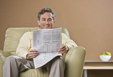 Εφημερίδα ανάγνωσης ατόμων στοκ εικόνες