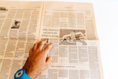 Εφημερίδα Financial Times ανάγνωσης ατόμων - γιατί φόρος και tra της Αμερικής Στοκ φωτογραφία με δικαίωμα ελεύθερης χρήσης
