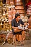 Εφημερίδα ανάγνωσης ατόμων Nepali και χασμουρητό, Κατμαντού, Νεπάλ Στοκ Εικόνες