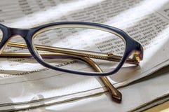 Εφημερίδα και γυαλιά 1 Στοκ Εικόνες