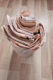 Εφημερίδες στο ανακύκλωσης δοχείο Στοκ φωτογραφία με δικαίωμα ελεύθερης χρήσης