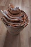 Εφημερίδες στο ανακύκλωσης δοχείο Στοκ εικόνες με δικαίωμα ελεύθερης χρήσης