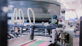 Εφημερίδες στο στάδιο της έκδοσης με τον ήχο Λεπτομέρεια καθιερώσεων εκτύπωσης στη γραμμή παραγωγής με τον ήχο απόθεμα βίντεο