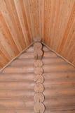 Εφοδιασμένη με ξύλα τοποθέτηση του ξύλινου σπιτιού Τεμάχιο μιας γωνίας και ενός CE Στοκ φωτογραφίες με δικαίωμα ελεύθερης χρήσης