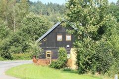 Εφοδιασμένο με ξύλα εξοχικό σπίτι βουνών Στοκ εικόνες με δικαίωμα ελεύθερης χρήσης