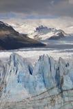 Εχθρικός παγετώνας Perito Moreno με το υπόβαθρο βουνών στοκ εικόνες με δικαίωμα ελεύθερης χρήσης