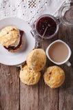 Εύγευστα αγγλικά scones με τη μαρμελάδα και το τσάι Κάθετη τοπ άποψη Στοκ φωτογραφία με δικαίωμα ελεύθερης χρήσης