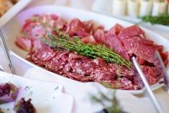 Εύγευστα ανάμεικτα πρόχειρα φαγητά κρασιού που εξυπηρετούνται σε ένα κόμμα ή μια δεξίωση γάμου Στοκ Φωτογραφίες