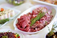 Εύγευστα ανάμεικτα πρόχειρα φαγητά κρασιού που εξυπηρετούνται σε ένα κόμμα ή μια δεξίωση γάμου Στοκ φωτογραφίες με δικαίωμα ελεύθερης χρήσης