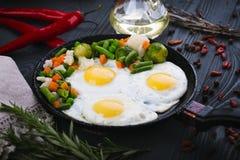 Εύγευστα λαχανικά, νόστιμα τηγανισμένα και μιγμάτων σε ένα τηγάνι Τοπ άποψη ενός ξύλινου υποβάθρου στοκ εικόνες