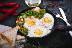 Εύγευστα λαχανικά, νόστιμα τηγανισμένα και μιγμάτων σε ένα τηγάνι Τοπ άποψη ενός ξύλινου υποβάθρου στοκ φωτογραφία με δικαίωμα ελεύθερης χρήσης