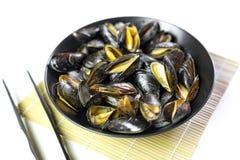 Εύγευστα βρασμένα στον ατμό θαλασσινά μύδια σε ένα πιάτο στοκ εικόνα με δικαίωμα ελεύθερης χρήσης