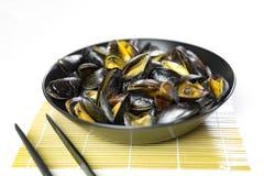 Εύγευστα βρασμένα στον ατμό θαλασσινά μύδια σε ένα πιάτο στοκ φωτογραφία
