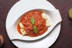 Εύγευστα γεμισμένα κρέας ζυμαρικά σε ένα πιάτο στοκ φωτογραφίες