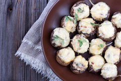 Εύγευστα γεμισμένα μανιτάρια με το κρέας και το τυρί Στοκ φωτογραφίες με δικαίωμα ελεύθερης χρήσης