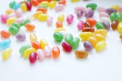 εύγευστα γλυκά φασόλια ζελατίνας καραμελών με τις διαφορετικές γεύσεις που χρωματίζονται στο άσπρο υπόβαθρο στοκ φωτογραφίες με δικαίωμα ελεύθερης χρήσης