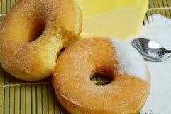 Εύγευστα γλυκά donuts με τη ζάχαρη Στοκ Φωτογραφία