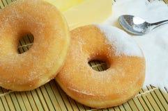 Εύγευστα γλυκά donuts με τη ζάχαρη Στοκ Εικόνα