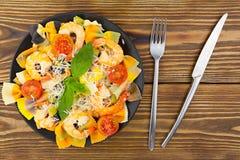 Εύγευστα εύγευστα μακαρόνια με τις γαρίδες και βασιλικός στο πιάτο Στοκ Εικόνες