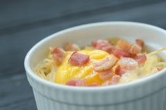 Εύγευστα ζυμαρικά με το αυγό και το μπέϊκον στοκ εικόνα