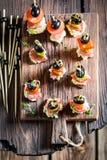 Εύγευστα διάφορα τρόφιμα δάχτυλων με τα λαχανικά και τα χορτάρια για το κόμμα Στοκ Εικόνες