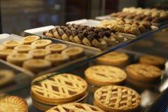 Εύγευστα κέικ σε μια βιομηχανία ζαχαρωδών προϊόντων Στοκ φωτογραφία με δικαίωμα ελεύθερης χρήσης