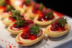 Εύγευστα κέικ φραουλών σε έναν ανοικτό μπουφέ στοκ φωτογραφίες