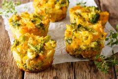 Εύγευστα και υγιή δαγκώματα μπρόκολου με το τυρί τυριού Cheddar, αυγό στοκ φωτογραφία με δικαίωμα ελεύθερης χρήσης