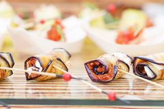 Εύγευστα καναπεδάκια ρόλων της μελιτζάνας και της ντομάτας Νόστιμος πίνακας μπουφέδων Θερινό κόμμα υπαίθριο Έννοια τομέα εστιάσεω στοκ εικόνες