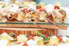 Εύγευστα καναπεδάκια ρόλων της μελιτζάνας και της ντομάτας Νόστιμος πίνακας μπουφέδων Θερινό κόμμα υπαίθριο Έννοια τομέα εστιάσεω στοκ φωτογραφίες με δικαίωμα ελεύθερης χρήσης