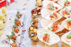 Εύγευστα καναπεδάκια ρόλων της μελιτζάνας και της ντομάτας Νόστιμος πίνακας μπουφέδων Θερινό κόμμα υπαίθριο Έννοια τομέα εστιάσεω στοκ εικόνα
