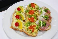 Εύγευστα καναπεδάκια με το τυρί αυγών, σολομών, σπαραγγιού και κρέμας Στοκ φωτογραφίες με δικαίωμα ελεύθερης χρήσης