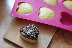 Εύγευστα καρδιά-διαμορφωμένα muffins με τη σκόνη στοκ φωτογραφία με δικαίωμα ελεύθερης χρήσης