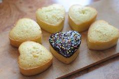 Εύγευστα καρδιά-διαμορφωμένα muffins με τη σκόνη στοκ εικόνα με δικαίωμα ελεύθερης χρήσης