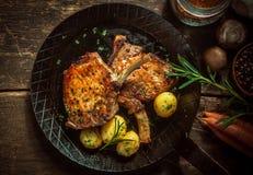 Εύγευστα καρυκευμένα τηγανισμένα τηγάνι cutlets χοιρινού κρέατος Στοκ Φωτογραφία