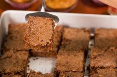 Εύγευστα καφετιά χρωματισμένα παραταγμένα, τετραγωνικά κομμάτια σοκολάτας brownies όπως βλέπω? άνωθεν γωνία, κόπτης κέικ μετάλλων Στοκ φωτογραφία με δικαίωμα ελεύθερης χρήσης