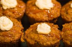 Εύγευστα καφετιά χρωματισμένα muffins που παρατάσσονται με το κάλυμμα καραμέλας και κρέμας, όπως βλέπω? άνωθεν γωνία, έννοια ζύμη Στοκ φωτογραφίες με δικαίωμα ελεύθερης χρήσης