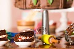 Εύγευστα κομμάτια κέικ σοκολάτας με τη γεμίζοντας συνεδρίαση κρέμας στα μικρά πιάτα, έννοια ζύμης Στοκ εικόνα με δικαίωμα ελεύθερης χρήσης