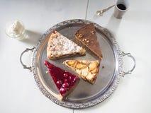 Εύγευστα κομμάτια του κέικ σε ένα ασημένιο πιάτο Στοκ Εικόνες