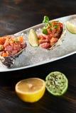 Εύγευστα κόκκινα ψάρια στα κοχύλια των οστρακόδερμων Με το λεμόνι και τον ασβέστη jpg Στοκ εικόνες με δικαίωμα ελεύθερης χρήσης