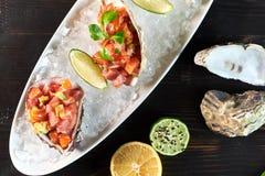 Εύγευστα κόκκινα ψάρια στα κοχύλια των οστρακόδερμων Με το λεμόνι και τον ασβέστη jpg Στοκ φωτογραφία με δικαίωμα ελεύθερης χρήσης