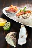 Εύγευστα κόκκινα ψάρια στα κοχύλια των οστρακόδερμων Με το λεμόνι και τον ασβέστη jpg Στοκ φωτογραφίες με δικαίωμα ελεύθερης χρήσης