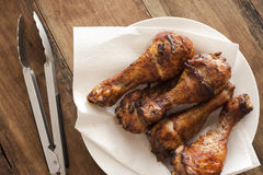 Εύγευστα μαριναρισμένα ψημένα στη σχάρα πόδια κοτόπουλου Στοκ Εικόνα