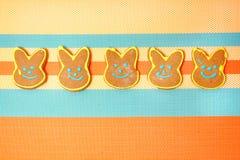 Εύγευστα μπισκότα σε ένα άσπρο υπόβαθρο bunny Πάσχα Στοκ φωτογραφία με δικαίωμα ελεύθερης χρήσης