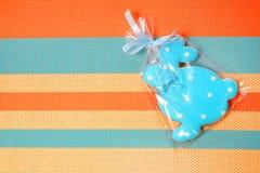 Εύγευστα μπισκότα σε ένα χρωματισμένο υπόβαθρο bunny Πάσχα Στοκ εικόνα με δικαίωμα ελεύθερης χρήσης