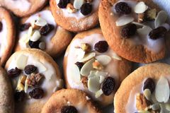 Εύγευστα μπισκότα ψωμιού πιπεροριζών που προετοιμάζονται για τα Χριστούγεννα Στοκ Φωτογραφία