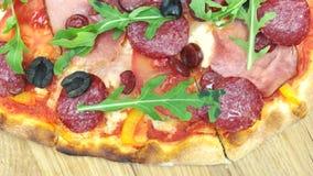 Εύγευστα πίτσα, σαλάμι και arugula απόθεμα βίντεο