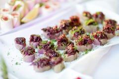 Εύγευστα πρόχειρα φαγητά πατέ με το κάλυμμα τεύτλων που εξυπηρετείται σε ένα κόμμα ή μια δεξίωση γάμου Στοκ Εικόνες